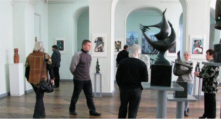 Просмотр работ на выставке